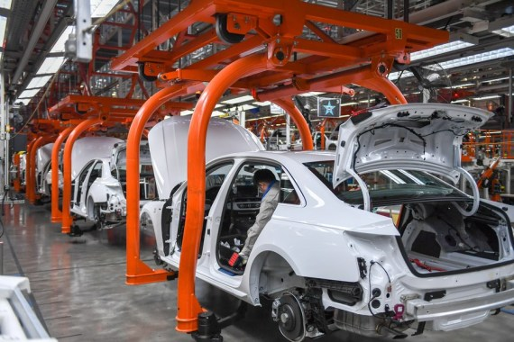 Seorang pekerja bekerja di pabrik perakitan umum basis produksi Changchun milik FAW-Volkswagen Automotive Co., Ltd. (FAW-VW) di Changchun, Provinsi Jilin, China timur laut, pada 5 Januari 2021. (Xinhua/Zhang Nan)