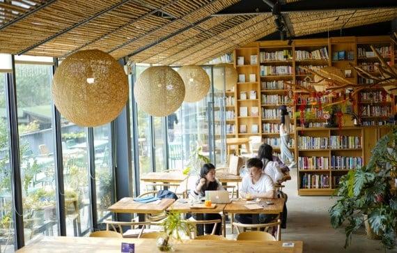 Orang-orang membaca di sebuah perpustakaan di Beicang Cultural & Creative Quarter di Chongqing, China barat daya, pada 22 April 2021. (Xinhua/Liu Chan)
