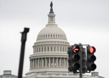 Foto yang diabadikan pada 28 Mei 2021 ini menunjukkan gedung Capitol AS terlihat di belakang lampu lalu lintas di Washington DC, Amerika Serikat. (Xinhua/Liu Jie)