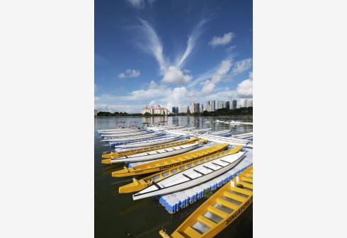 Sejumlah perahu naga yang kosong tertambat di sebuah platform terapung, alih-alih berkompetisi dalam Festival Perahu Naga tradisional, sebagai bagian dari langkah pembatasan di tengah pandemi COVID-19 di Cekungan Kallang, Singapura, pada 14 Juni 2021. (Xinhua)