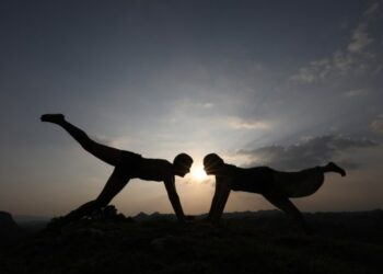 Orang-orang berlatih yoga menjelang Hari Yoga Internasional di Desa Jalot dekat Nagrota Bagwan, sekitar 50 kilometer dari Distrik Kangra di Negara Bagian Himachal Pradesh, India, pada 20 Juni 2021. (Xinhua/Str)