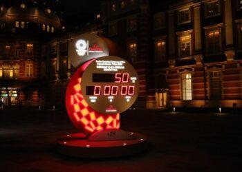 Jam hitung mundur Olimpiade Tokyo 2020 ditampilkan 50 hari sebelum upacara pembukaan di luar Stasiun Tokyo di Tokyo, Jepang, pada 3 Juni 2021. (Xinhua/Wang Zijiang)
