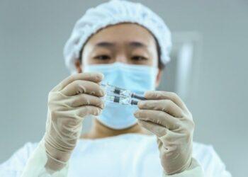 Seorang staf memeriksa kualitas kemasan produk vaksin COVID-19 nonaktif di sebuah pabrik pengemasan milik Beijing Biological Products Institute Co., Ltd. di Beijing, ibu kota China, pada 25 Desember 2020. (Xinhua/Zhang Yuwei)
