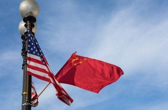 Foto yang diabadikan pada 24 September 2015 ini menunjukkan bendera nasional China (kanan) dan Amerika Serikat (AS) di Constitution Avenue di Washington, ibu kota AS. (Xinhua/Bao Dandan)