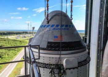 Wahana antariksa Boeing CST-100 Starliner ditempatkan di atas roket United Launch Alliance Atlas V di Kompleks Peluncuran Antariksa 41 di Pangkalan Angkatan Luar Angkasa Tanjung Canaveral di Florida, Amerika Serikat, pada 17 Juli 2021. (Foto: Boeing)