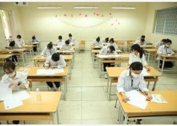 Para pelajar sekolah menengah atas (SMA) yang mengenakan masker mengikuti ujian di sebuah lokasi ujian di Hanoi, Vietnam, pada 7 Juli 2021. Lebih dari 993.000 pelajar SMA di Vietnam pada Rabu (7/7) mulai mengikuti ujian akhir nasional dengan penerapan langkah-langkah pengendalian COVID-19 yang ketat, demikian dilaporkan Vietnam News Agency. (Xinhua/VNA)