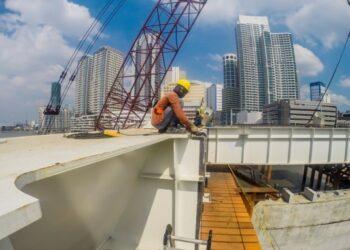 Para pekerja bekerja di lokasi pembangunan Jembatan Binondo-Intramuros yang didanai China di Manila, Filipina, pada 18 November 2020. (Xinhua/Rouelle Umali)