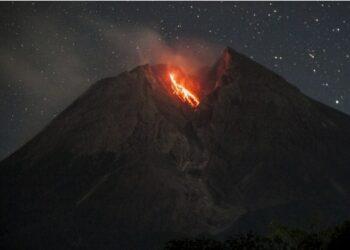 Foto yang diabadikan pada 4 Juli 2021 ini menunjukkan material vulkanik yang dimuntahkan Gunung Merapi, sebagaimana terlihat dari Desa Balerante, Klaten, Jawa Tengah. (Xinhua/Supriyanto)