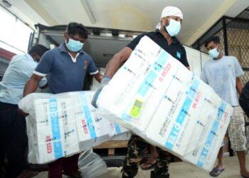 Para staf menurunkan muatan vaksin Sinopharm buatan China di Kolombo, Sri Lanka, pada 11 Juli 2021. (Xinhua/Ajith Perera)