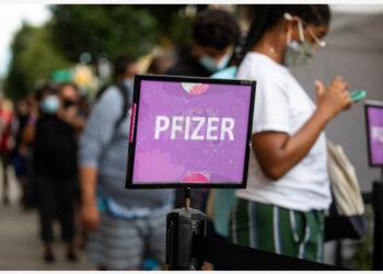 Orang-orang mengantre untuk mendapatkan suntikan vaksin COVID-19 Pfizer/BioNTech di sebuah klinik vaksin keliling di wilayah Brooklyn, New York, Amerika Serikat (AS), pada 23 Agustus 2021. (Xinhua/Michael Nagle)