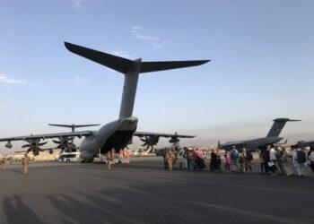 Orang-orang mengantre untuk memasuki pesawat militer Jerman dan meninggalkan Kabul di bandara Kabul, Afghanistan, pada 24 Agustus 2021. (Xinhua)