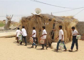 Sambil membawa tas sekolah yang terbuat dari kantong makanan, para siswa Yaman berbaris untuk memasuki ruang kelas darurat mereka di dalam sebuah gubuk jerami di sekolah dasar Abi Talib di Provinsi Hajjah, Yaman, pada 20 September 2021. (Xinhua/Mohammed Al-Wafi)