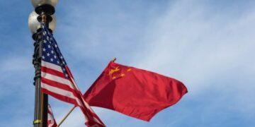 Foto yang diabadikan pada 24 September 2015 ini menunjukkan bendera nasional China (kanan) dan Amerika Serikat (AS) serta bendera Washington DC di Constitution Avenue di Washington, ibu kota AS. (Xinhua/Bao Dandan)