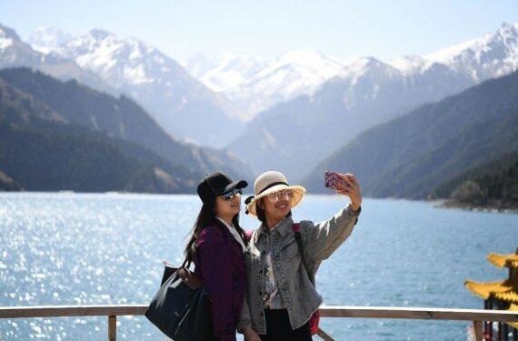 Sejumlah wisatawan berswafoto di objek wisata Tianchi di Daerah Otonom Uighur Xinjiang, China barat laut, pada 25 April 2020. (Xinhua/Sadat)