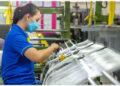 Seorang pekerja memeriksa benang plastik di sebuah pabrik alat pelindung diri (APD) yang memproduksi pakaian pelindung yang dapat digunakan kembali (reusable) di Provinsi Rayong, Thailand, pada 17 September 2021. (Xinhua/Wang Teng)