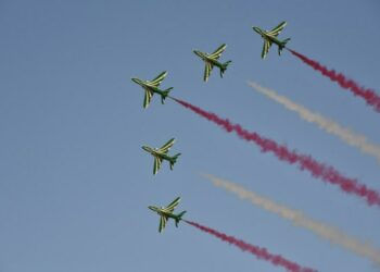 Pesawat-pesawat milik tim aerobatik Saudi Hawks (Elang Saudi) tampil dalam pertunjukan udara untuk merayakan Hari Nasional ke-91 Arab Saudi di Um Ajlan Park di Riyadh, Arab Saudi, pada 22 September 2021. (Xinhua/Wang Haizhou)