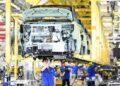 Para staf bekerja di lini produksi kendaraan energi baru di sebuah perusahaan otomotif di Liuzhou, Daerah Otonom Etnis Zhuang Guangxi, China selatan, pada 12 Agustus 2021. (Xinhua/Li Hanchi)