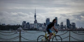 Seorang pria bersepeda di Mission Bay di Auckland, Selandia Baru, pada 19 September 2021. (Xinhua/Zhao Gang)