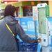 Seorang pelanggan membayar dengan teleponnya di supermarket check-out di Hangzhou. SP/ CH