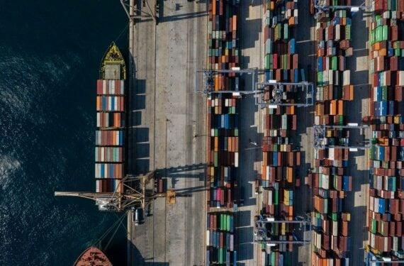 Foto dari udara yang diabadikan pada 6 September 2019 ini menunjukkan pelabuhan Piraeus di Yunani.  (Xinhua/Lefteris Partsalis)