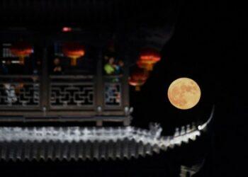 Bulan purnama terlihat di kota kuno Yanzhou di Kota Jiande, Provinsi Zhejiang, China timur, pada 21 September 2021. (Xinhua/Xu Yu)