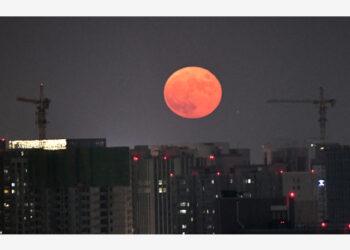 Bulan purnama terlihat di Zhengzhou, Provinsi Henan, China tengah, pada 21 September 2021. (Xinhua/Zhu Xiang)