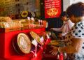 Para pembeli memilih kue bulan di sebuah toko kue bulan ala Hainan di Haikou, ibu kota Provinsi Hainan, China selatan, pada 19 September 2021. (Xinhua/Zhou Jiayi)