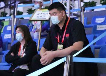 Yao Ming (kanan) menyaksikan pertandingan bola basket 3x3 putri U19 di ajang National Games ke-14 China di Xi'an, Provinsi Shaanxi, pada 17 September 2021. (Xinhua/Sun Fanyue)