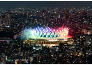 Kembang api menghiasi Olympic Stadium saat upacara penutupan Paralimpiade Tokyo 2020 digelar di Tokyo, Jepang, pada 5 September 2021. (Xinhua/Cai Yang)