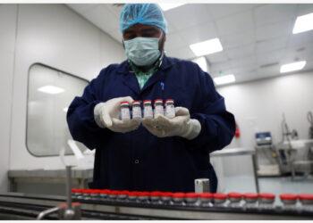 Seorang staf menyusun vaksin COVID-19 yang telah diberi label sebelum dikemas di lini produksi pabrik VACSERA di Giza, Mesir, pada 6 September 2021. (Xinhua/Ahmed Gomaa)