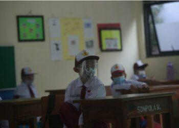 Para siswa yang mengenakan alat pelindung wajah menghadiri kelas tatap muka di sebuah sekolah yang dibuka kembali setelah beberapa bulan ditutup akibat pandemi COVID-19 di Jakarta pada 30 Agustus 2021. (Xinhua/Zulkarnain)