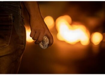 Seorang pengunjuk rasa memegang batu dalam bentrokan dengan tentara Israel di Kota Bethlehem, Tepi Barat, pada 8 September 2021. (Xinhua/Luay Sababa)
