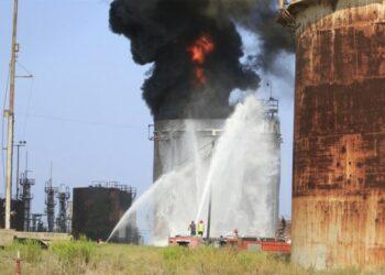 Petugas pemadam kebakaran berupaya memadamkan kobaran api di fasilitas minyak al-Zahrani di Lebanon selatan pada 11 Oktober 2021. (Xinhua/Ali Hashisho)