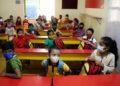 Para siswa menghadiri kelas di sebuah sekolah di Bangalore, India, pada 25 Oktober 2021. (Xinhua/Str)