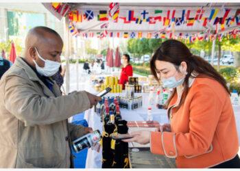 Seorang pengunjung membayar melalui sistem pembayaran seluler dalam Konferensi Perdagangan Digital Global 2021 dan Pameran Komoditas Wuhan (Hankoubei) di Wuhan, ibu kota Provinsi Hubei, China tengah, pada 12 Oktober 2021. (Xinhua/Wu Zhizun)