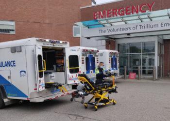 Seorang tenaga kesehatan merapikan peralatan di luar gedung unit gawat darurat (UGD) sebuah rumah sakit di Mississauga, Ontario, Kanada, pada 7 Oktober 2021. (Xinhua/Zou Zheng)