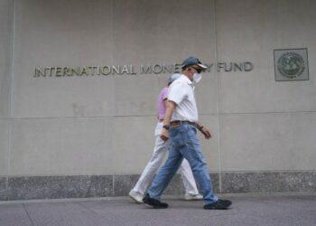 Sejumlah orang berjalan melewati kantor pusat Dana Moneter Internasional (IMF) di Washington DC, Amerika Serikat, pada 17 Juli 2020. (Xinhua/Liu Jie)