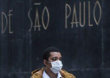 Seorang pria yang mengenakan masker berjalan di sebuah jalan di tengah wabah COVID-19 di Sao Paulo, Brasil, pada 4 Agustus 2021. (Xinhua/Rahel Patrasso)