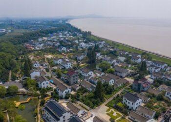 Foto dari udara yang diabadikan pada 26 Agustus 2021 ini menunjukkan pemandangan Desa Xincang di Kota Haining yang terletak di Jiaxing, Provinsi Zhejiang, China timur. (Xinhua/Xu Yu)