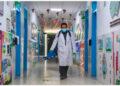 Seorang staf menyemprotkan disinfektan di lorong sebuah sekolah dasar di Hohhot, Daerah Otonom Mongolia Dalam, China utara, pada 25 Oktober 2021. Sekolah dan taman kanak-kanak di Hohhot ditutup selama satu hari pada Senin (25/10) untuk mendisinfeksi gedung sekolah di tengah munculnya kembali kasus COVID-19 baru-baru ini. (Xinhua/Peng Yuan)