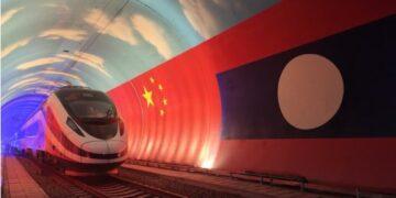 Kereta rel listrik (electric multiple unit/EMU) Lane Xang melintasi perbatasan China-Laos di dalam terowongan pada 15 Oktober 2021. (Xinhua/Cao Anning)