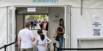 Orang-orang mengantre untuk menjalani tes COVID-19 di sebuah lokasi pengujian di Berlin, ibu kota Jerman, pada 5 Agustus 2021. (Xinhua/Stefan Zeitz)