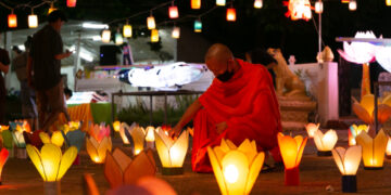 Seorang biksu menyalakan lentera di sebuah kuil di akhir hari Vassa di Vientiane, ibu kota Laos, pada 21 Oktober 2021. (Xinhua/Kaikeo Saiyasane)