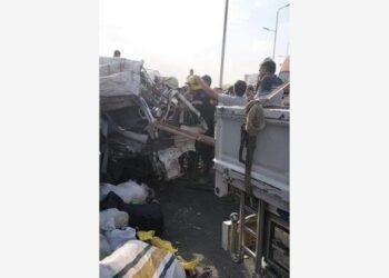 Foto yang diabadikan pada 20 Oktober 2021 ini menunjukkan lokasi sebuah kecelakaan lalu lintas di pinggiran kota Kairo, Mesir. (Xinhua)
