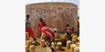 Foto yang diabadikan pada 23 Oktober 2021 ini memperlihatkan orang-orang mengambil air di sebuah sumber air di Marsabit, Kenya utara. (Xinhua/Ruth Wangara)