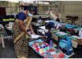 Seorang guru berbicara kepada siswa di sebuah sekolah dasar di Kolombo, Sri Lanka, pada 25 Oktober 2021. Sekolah dasar di seluruh Sri Lanka dibuka kembali untuk siswa pada Senin (25/10) setelah ditutup selama beberapa bulan karena penyebaran cepat COVID-19, ujar para pejabat di Kolombo. (Xinhua/Ajith Perera)