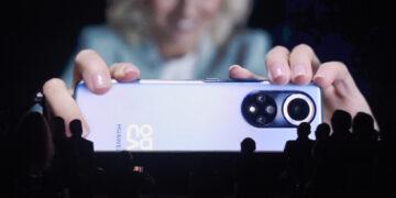 Orang-orang menonton video tentang ponsel pintar Huawei Nova 9 saat presentasi sejumlah produk baru Huawei di Messe Wien di Wina, Austria, pada 21 Oktober 2021. Raksasa teknologi China Huawei pada Kamis (21/10) meluncurkan sejumlah produk baru, termasuk ponsel pintar nova 9, FreeBuds Lipstick, dan jam tangan GT3. (Xinhua/Guo Chen)